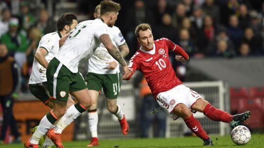 11-11-2017: Christian Eriksen, Danmark i nærkamp med Jeff Hendrick, Irland og James McClean, Irland under VM play off fodboldlandskamp, Danmark-Irland, i Telia Parken i København lørdag den 11. november 2017.