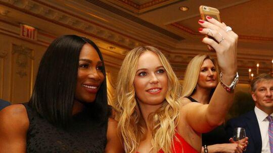 Serena Williams og Caroline Wozniacki tager et selfie sammen