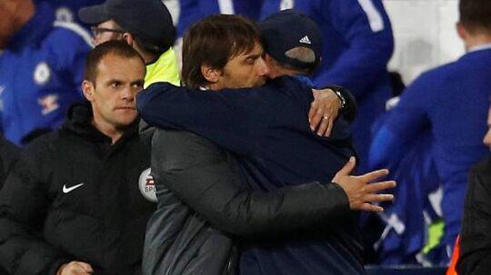 Tony Pulis får her det sidste kram som West Bromwich-manager efter en kamp.