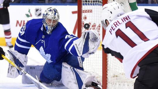 Frederik Andersen blev passeret to gange i nattens opgør mod Arizona Coyotes. Det betød, at Toronto tabte for første gang i syv kampe i NHL. Scanpix/Dan Hamilton