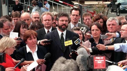 Gerry Adams og andre ledere fra Sinn Fein mødes tirsdag med den britiske premierminister, Theresa May, og ledere fra det pro-britiske nordirske parti DUP. En række nylige udtalelser fra Sinn Fein bliver af DUP betegnet somen forherligelse af terrorisme Scanpix/Alan Lewis