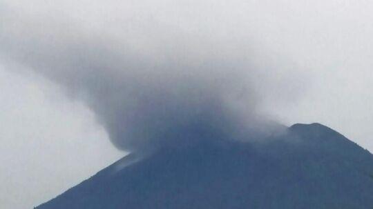 Askeskyen strækker sig 700 meter fra toppen af Mount Agung.