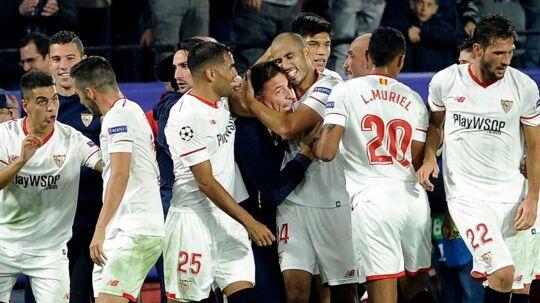 Eduardo Berizzo (i midten) jubler med sine spillere efter den sene udligning mod Liverpool.