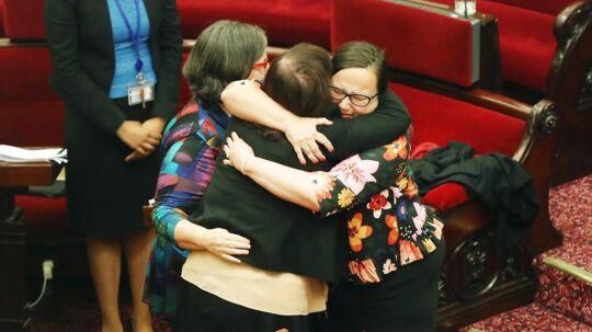 Glæden var stor i Victorias parlament efter at de med stemmerne 22 af 40 for sagde ja til loven om aktiv dødshjælp. Nu skal loven bare vedtages i den nedre kammer - noget, som de fleste regner med, blot er en formalitet.