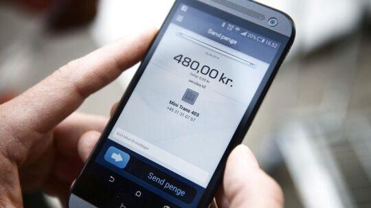 (ARKIV) Mobile Pay på telefonen 2014. Fyns Politi advarer mod en tilsyneladende ny form for tricktyveri, hvor kriminelle forsøger at tømme folks konti, skriver Ritzzau søndag 5. november 2017. (Foto: Simon Læssøe/Scanpix 2017)