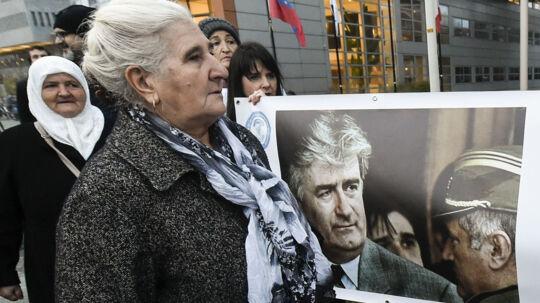 Munira Subasic (nr. to fra venstre), forkvinde for Srebrenicas Mødre, var onsdag i Haag for at følge domsafsigelsen mod tidligere hærchef Ratko Mladic på nært hold. Scanpix/John Thys