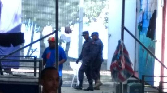 Politiet stormer lejren på Manus. Flygtninge i lejren poster billeder på sociale medier, der viser, hvordan politiet tiltvinger sig adgang til lejren. Reuters/Handout