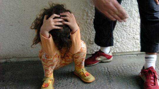 Danmark er ikke god nok til at tage hensyn til barn og mor, når der skal tages stilling til samvær i sager med en voldelig fra, lyder kritik fra Europarådet. Free/Colourbox