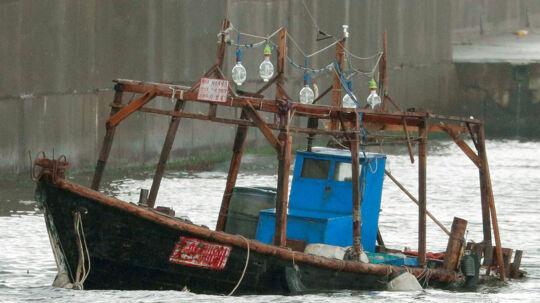 Denne båd blev torsdag aften fundet ved den japanske kyst. Angiveligt tilhørte den otte nordkoreanske fiskere, der nu er i det japanske politis varetægt. Reuters/Kyodo