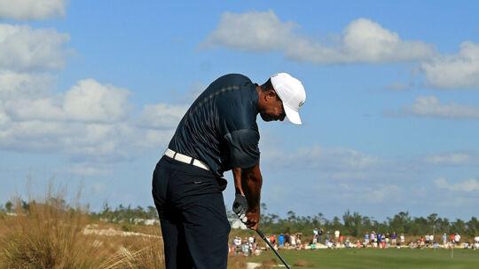 Tiger Woods under turneringen i Bahamas lørdag. Solide præstationer i de første par runder havde placeret amerikaneren på syv under par, men den tidligere verdensetter gik tredje runde i tre over par. Scanpix/Mike Ehrmann