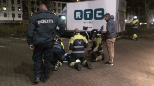 Politi og Beredskab i færd med at redde en hundehvalp op ad en brønd, hvor den var faldet i lørdag.