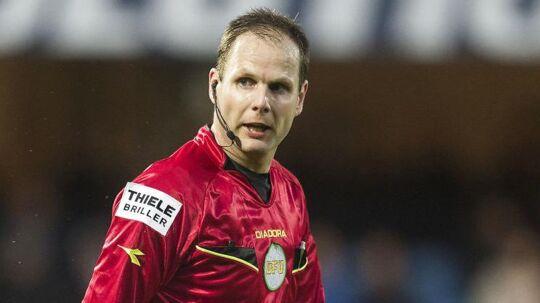 Dommer Michael Johansen forklarer sine dispositioner under kampen mellem FCK og FCN.