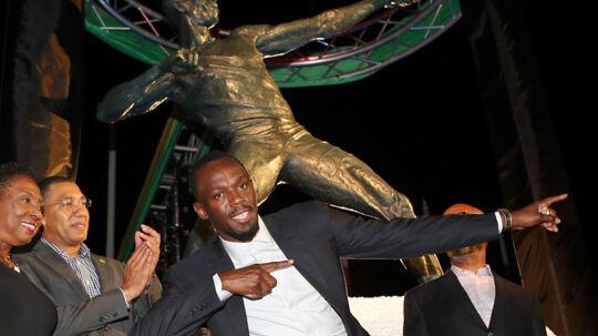 Der står en statue af Usain Bolt foran Kingston National Stadium. Her ses Bolt ved præsentationen af statuen. Reuters/Gilbert Bellamy