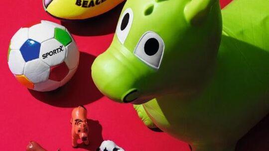 Forbrugerrådet Tænk Kemi har fundet ulovlige ftalater i legetøj. For eksempel var 25 procent af hoppedyret på billedet lavet af ftalat. Foto: Benjamin Media