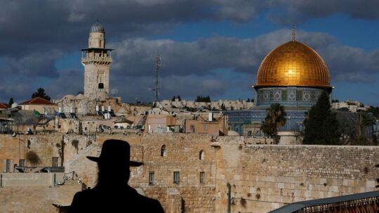 En jødisk mand i silhuet mod Jerusalems gamle bydel. REUTERS/Ronen Zvulun