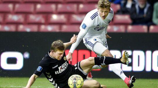 FCKs Nicolaj Thomsen, i hvidt, i duel med AC Horsens-spilleren Mads Døhr Thychosen.