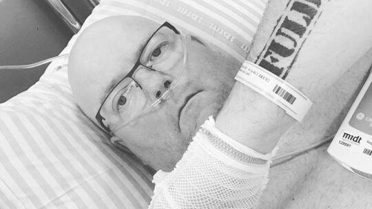 'Hammer' i sygesengen på Randers Sygehus, mens han venter på nyt. Under optagelserne til 'De Rigtige Mænd' blev de fem mænds valgsprog 'Fuld ild'. Det har brandmanden selvfølgelig fået tatoveret på underarmen.