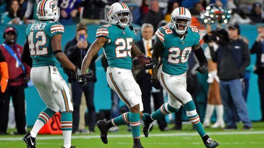 Miami Dolphins-spillerne jubler undervejs i kampen mod de forsvarende Super Bowl-mestre fra New England Patriots.