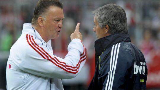 Louis van Gaal fortæller José Mourinho, hvordan fodbold skal spilles.