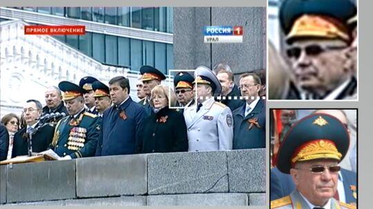 Hvis det britiske medie, Bellingcat, og dets partnere har ret - så er her den mystiske russiske general, som under nedskydningen af passagerflyet MH-17 gik under kodenavnet »Delfin«. Hans navn er General Nikolaj Tkajov, og han ses her ved en militær ceremoni i Jekaterinburg i maj 2014. Foto: Bellingcat