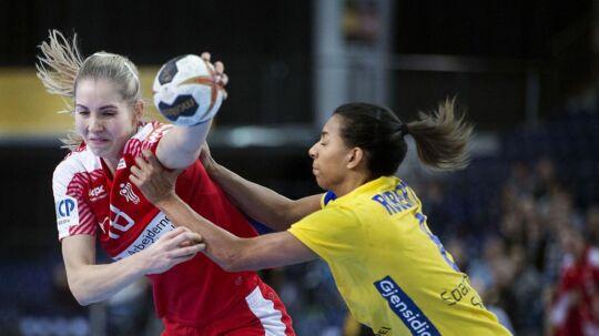 Mette Tranborg og Sveriges Jamina Roberts under VM 1/4 finalen mellem Danmark-Sverige i Leipzig den 12 december 2017.