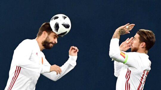 Spaniens Gerard Pique (v) og Sergio Ramos