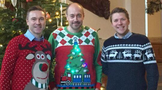 Thomas Jensen (TV), Magnus Heunicke (MF) og Rasmus Horn Langhoff (TH) er trukket i julestrik i anledning af #HappyJulesweaterDag den 15. december. Foto: Thomas Jensen.
