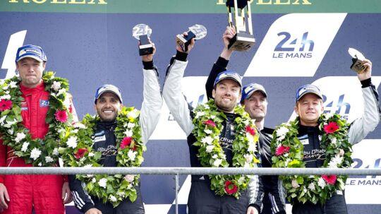 Le Mans 2016. Eneste dansker på podiet i årets udgave af Le Mans blev David Heinemeier-Hansson der i sin Porche sluttede på en flot tredie plads. Her hyldes han og holdkammeraterne på den legendariske præmiebro. Det er David til højre.