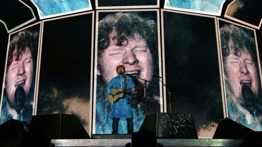 epa06338906 British singer-songwriter Ed Sheeran appears on screens as he performs during a concert in Mumbai, India, 19 November 2017, as part of his 'Divide' world tour. EPA/DIVYAKANT SOLANKI ONE TIME USE ONLY EDITORIAL USE ONLY/NO SALES/NO ARCHIVES