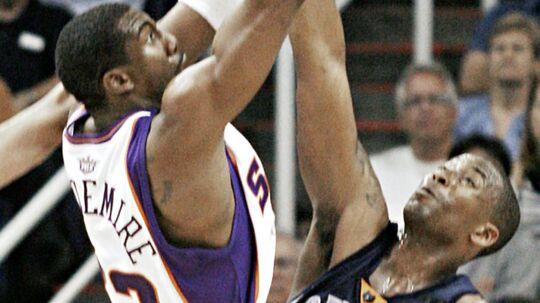 Phoenix Suns center Amare Stoudemire (tv) shoots as Memphis Grizzlies center Lorenzen Wright (th)