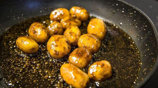 Den Skaldede Kok laver julemad. Brunede kartofler.