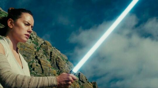 Daisy Ridley som Rey trækker lyssværdet i 'Star Wars - The Last Jedi.'  BACKGRID UK 2 NOVEMBER 2017 BYLINE MUST READ: Lucasfilm / BACKGRID UK: +44 208 344 2007 / uksales@backgrid.com USA: +1 310 798 9111 / usasales@backgrid.com *UK Clients - Pictures Containing Children Please Pixelate Face Prior To Publication*