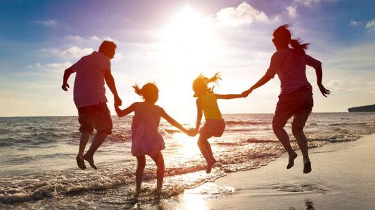 Måske bliver der råd til en lidt federe sommerferie i år. En helt almindlig dansk familie med to melleminkomster får over 10.000 kroner efter skat til forbrug i år.