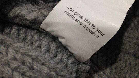 52-årige Sian Robson mener at tøjmærket Missguided er med til at fastholde gammeldags kønsstereotyper, når de skriver, at mor nok skal vaske huen.