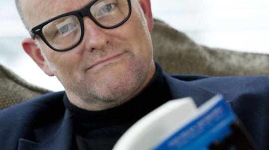 En af bogens forfattere Thomas Sjöberg med 'bomben' under det svenske kongehus