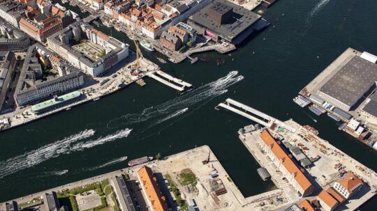 """Inderhavnsbroen - også kaldet """"Den kyssende bro"""" - skal forbinde Nyhavn med Christianshavn. Ud fra det er den foreløbige plan, at den skal stå færdig ved årsskiftet 2014/2015. Her er broen under konstruktion."""