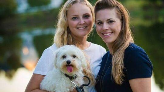 Det er danske Malene til venstre og hendes amerikanske forlovede Carrie (fra Chicago) til højre. Tirsdag skal de to giftes i Florida.