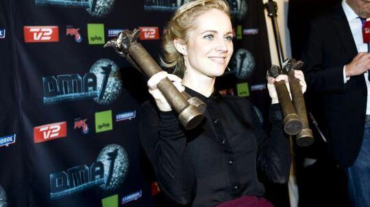 Agnes Obel stillede op til fotografering med fire af sine fem statuetter ved Danish Music Awards-festen i Forum i København.