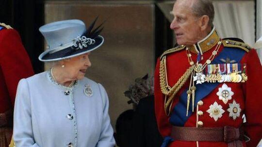 Den engelske kongefamilie bliver muligvis ikke samlet til jul, da prins Philip er blevet hasteopereret og det derfor er uklart, hvorvidt han får lov til at tilbringe højtiden hjemme.