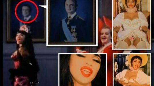 I musikvideoen 'Crucified' bevæger Camilla Henemark sig forbi et portræt af Carl Gustaf. Mens der zoomes ind på billedet, synger hans angivelige elskerinde ordene 'I'm crucified'. Kan det være et skjult budskab, som hun forsøgte at sende til kongen?