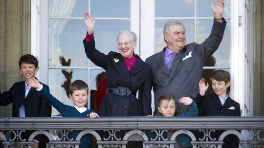 Mærsk Mc-Kinney Møller døde mandag den 16. april på Rigshospitalet. Samme dag som Dronningen fylder 72 år. Mærsk var nær ven af dronningen, men der var intet at spore, da hun mandag klokken 12.00 trådte frem og blev hyldet af folket