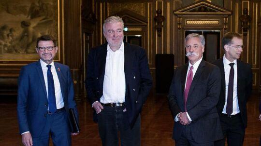 Den øverste chef for Formel 1's ejere Chase Carey vises rundt af initiativtagerne Helge Sander og Lars Seier Christensen hos Dansk Erhvervs Jens Klarskov på Børsen.