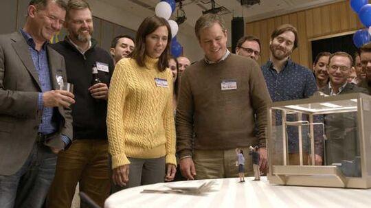 Kristen Wiig og Matt Damon overvejer, om de også (som deres bitte-små venner i forgrunden) vil skrumpes ned til godt 13 centimeters højde.