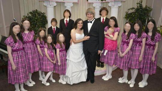 Familien Turpin med de 13 børn fotograferet, da forældrene fornyede deres bryllupsløfter i 2016. Dengang anede ingen, hvordan børnenes liv var bag hjemmets fire vægge.