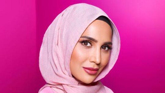 Skønhedsbloggeren Amena Khan reklamerer for L'Oreals hårprodukter - iført hijab.