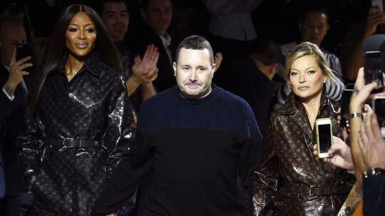 Kim Jones ses her med Naomi Campbell (tv) og Kate Moss (th) til et Louis Vuitton modeshow i Paris den 17. januar 2018.
