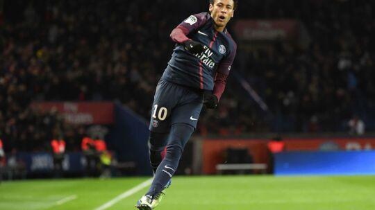 TOPSHOT - Paris Saint-Germain's Brazilian forward Neymar celebrates after scoring his tyeam's sixth goal, his third own, during the French L1 football match between Paris Saint-German and Dijon on January 17, 2018 at the Parc des Princes stadium in Paris. / AFP PHOTO / CHRISTOPHE ARCHAMBAULT