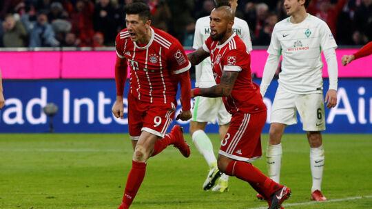 Bayern München-angriberen Robert Lewandowski (til venstre) jubler efter sin første scoring i kampen mod Werder Bremen og Thomas Delaney (til højre). Reuters/Michaela Rehle