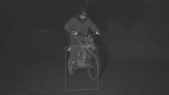 Nordsjællands Politi efterlyser denne mand, som har lavet hærværk mod politiets fartmålerudstyr.