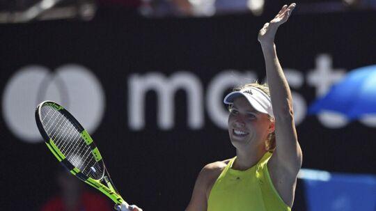 Caroline Wozniacki var ude i en lang kamp i anden runde af årets Australian Open mod Jana Fett, men hun vandt, og det har gjort hende mere afslappet i de efterfølgende kampe, mener tennis-legenden Martina Navratilova.